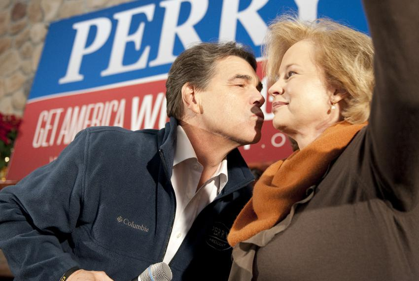 Governor Rick Perry leans over and gives wife Anita Perry a kiss during a campaign event in Sioux City, Iowa on January 2, 2…