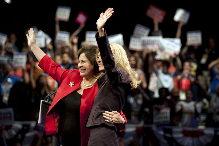 Democratic nominee for governor Wendy Davis (r.) and lieutenant governor Leticia Van de Putte at the Democratic state convention in Dallas, Texas, on June 27, 2014.