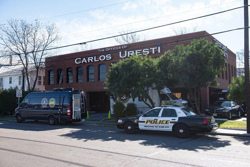 Fbi Irs Agents Raid State Sen Carlos Uresti S Law Office