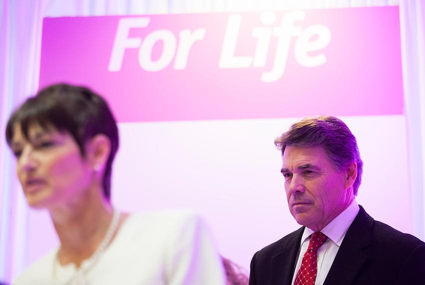 Rick Perry and state Sen.-elect Donna Campbell at a press conference announcing the governor's support for Texas Right to Li…