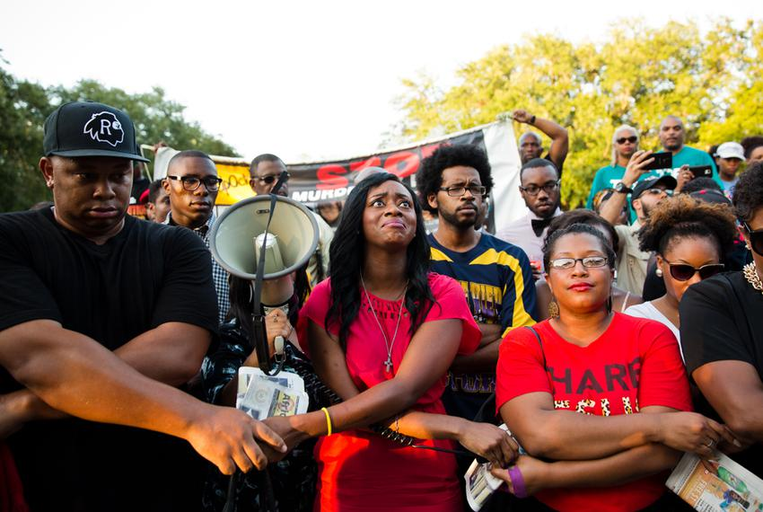 Lanitra Dean, center, and others who were in the Prairie View A&M marching band with Sandra Bland sing together at a vigil i…