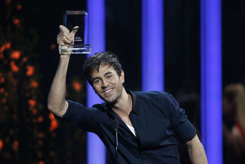 Singer Enrique Iglesias accepts an award at the 2015 Latin Billboard Awards in Coral Gables, Florida April 30, 2015.