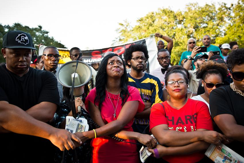 Lanitra Dean, center, and others who once were in the Prairie View A&M marching band with Sandra Bland sing at a vigil in he…