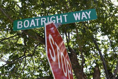 La unidad circular que conducía a la entrada del Hospital Rolling Plains Memorial en Sweetwater pasó a llamarse Boatright Way en honor a la directora ejecutiva retirada, Donna Boatright, el 12 de junio de 2020.