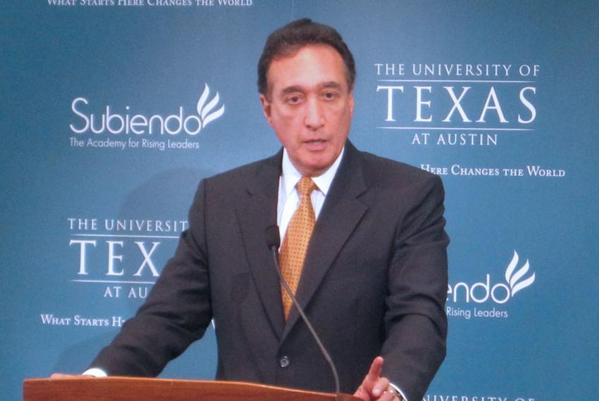 Henry Cisneros addresses students at UT Austin, July 20, 2010.
