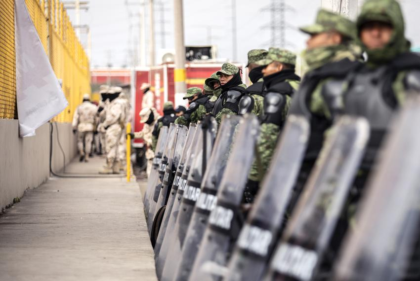 The Mexican military guards the perimieter of the shelter where an estimated 1700 migrants are currently being held in Piedr…