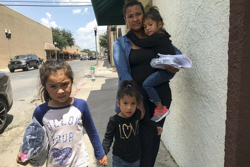 Silvia Guidel and her daughters Seily, 7, and twins Nahsliy Nicole and Nahsliy Dariana, 4, from Guatemala, make their way fr…
