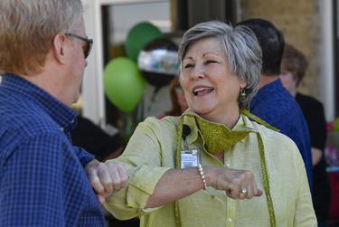 La directora ejecutiva del Rolling Plains Memorial Hospital, Donna Boatright, le da el saludo de la era del coronavirus de golpearse los codos a una amiga durante su fiesta de jubilación en Sweetwater el 12 de junio de 2020.