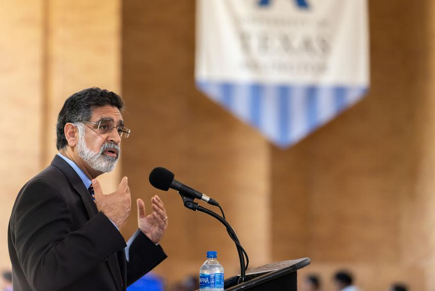 Former University of Texas at Arlington President Vistasp Karbhari addresses students during a Pizza with the President even…