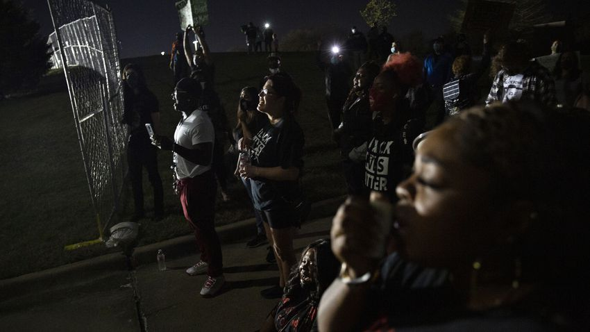 LaChay Batts leads a chant saying Marvin Scott IIIís name at a demonstration outside of the Collin County Jail to demand jus…
